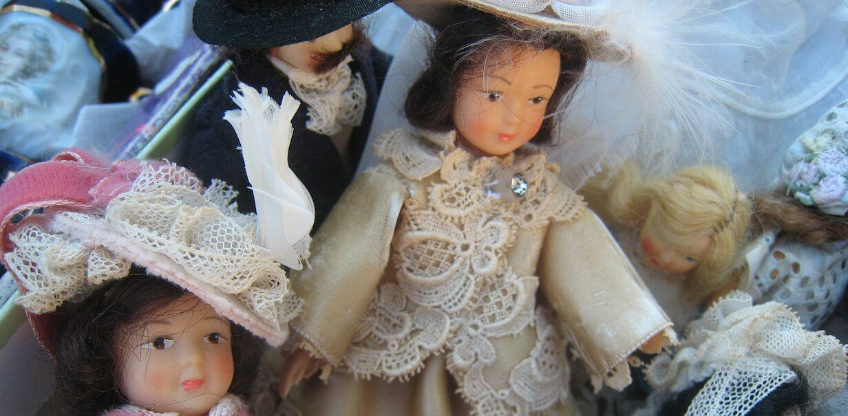 How to identify antique dolls